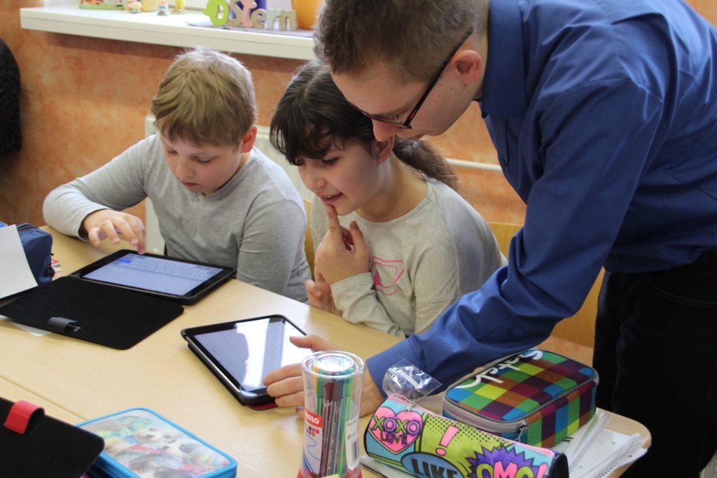 Schüler*innen brauchen Unterstützung von Lehrkräften, Eltern und Ansprechpartner*innen, um mit den Herausforderungen des Internets umgehen zu könnnen.